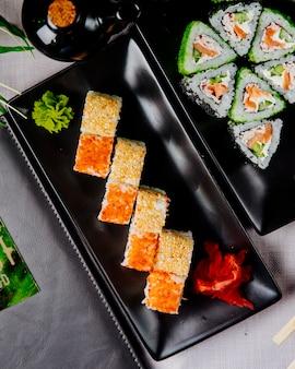 Maki com pepino de salmão e queijo creme vista superior