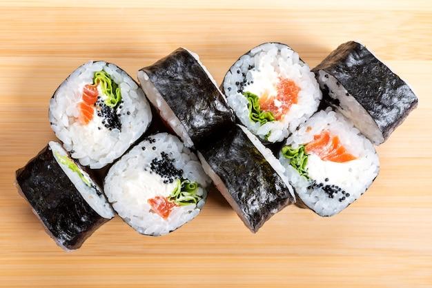 Maki com salmão e abacate. na prancha. para qualquer propósito.
