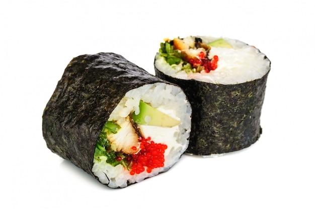 Maki sushi, dois rolos isolados no branco