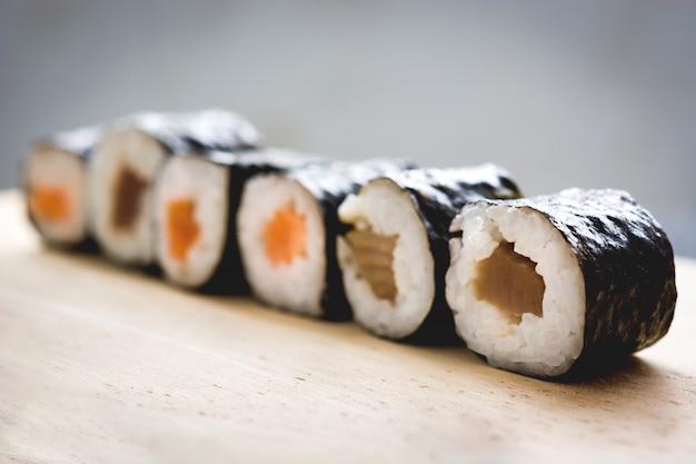 Maki sushi na mesa de madeira