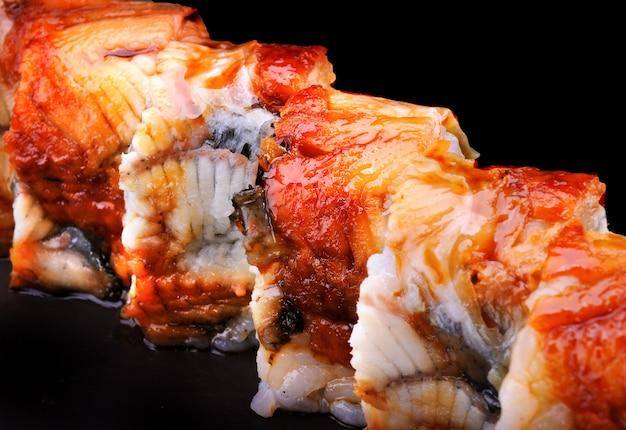 Maki sushi roll com unagi.