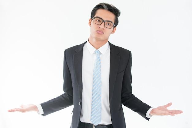 Mal-entendido empresário asiático de ombros de ombros