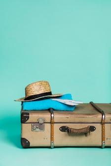 Mala com chapéu e bilhetes