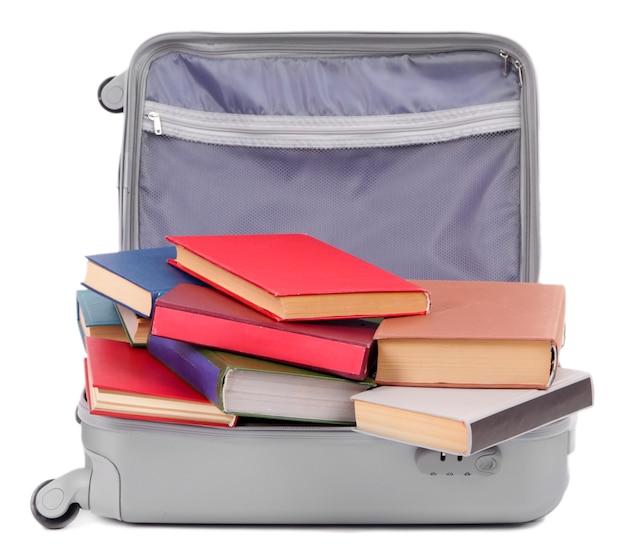 Mala com livros isolados no branco