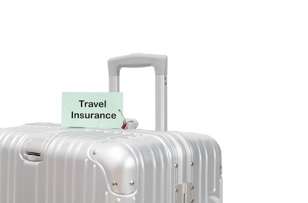 Mala com rótulo de seguro de viagem isolado