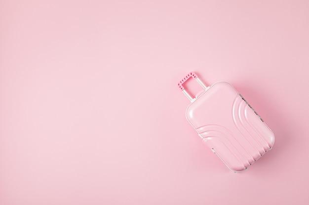 Mala de brinquedo rosa em fundo rosa