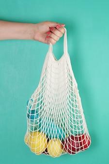 Mala de compras reutilizável com limões, frutas e garrafa de vidro. zero resíduos, conceito livre de plástico.