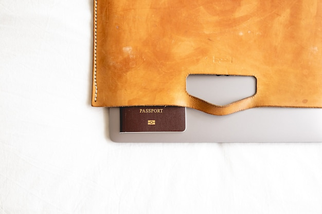Mala de couro com passaporte e laptop