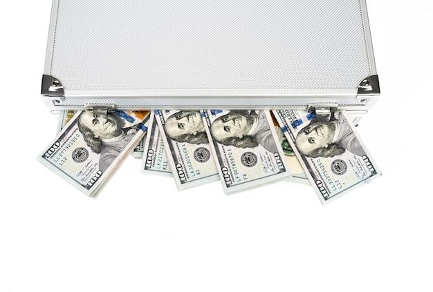 Mala de dinheiro com cem dólares no fundo branco