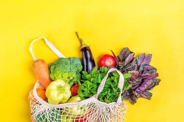 Mala de loja de malha ecológica com legumes orgânicos
