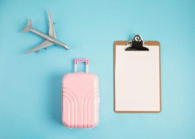 Mala e avião em miniatura