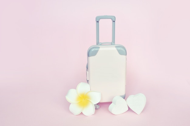 Mala elegante e flor branca, férias de verão viagem