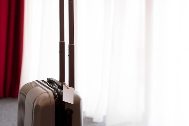 Mala ou mala de bagagem em um quarto de hotel moderno