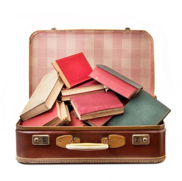 Mala vintage cheia de livros