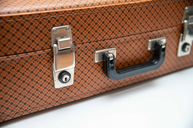 Mala vintage retrô de um viajante. feche de mala de couro vintage.