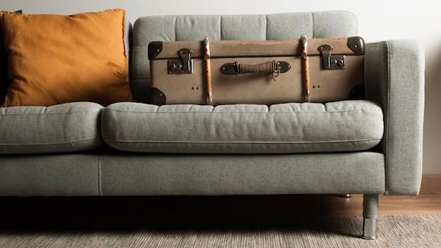 Mala vintage vista frontal no sofá