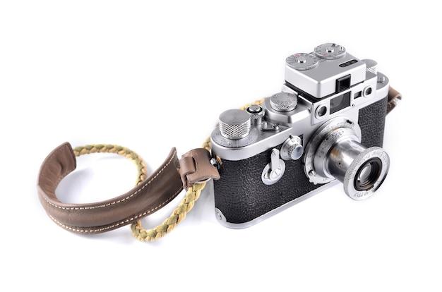 Malacca, malásia - 7 de novembro de 2015: foto editorial ilustrativa de leica leitz elmar 50mm f3.5, isolado no fundo branco. leica é uma das marcas de câmeras icônicas e mais desejadas do mundo.