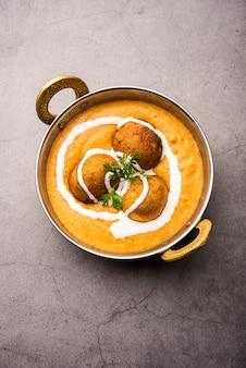 Malai kofta curry é um prato da culinária indiana com bolinhos fritos de requeijão de batata em molho de tomate e cebola com especiarias