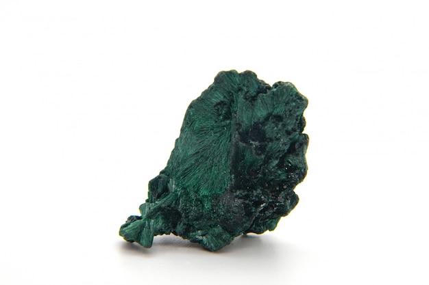 Malaquita, pedra mineral verde isolada em um fundo branco.