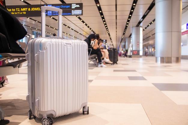 Malas de viagem / bagagem / bagagem na frente dos passageiros no interior do aeroporto sala de espera partida / chegada lounge terminal moderno. conceito: transporte / viagem.