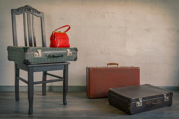 Malas velhas e bolsa vermelha