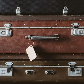 Malas vintage e tag de bagagem de madeira.