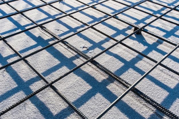 Malha reforçada de metal em canteiro de obras no inverno