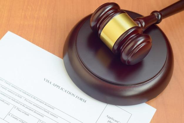 Malho da justiça e formulário de pedido de visto