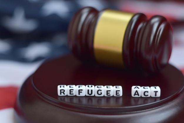 Malho da justiça e refugiados agem caracteres com bandeira dos eua