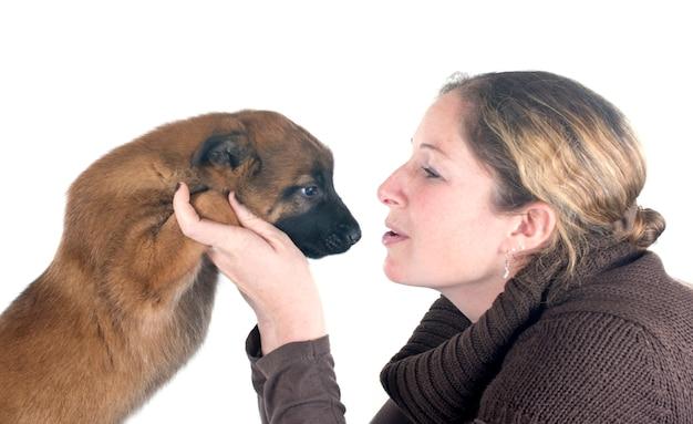 Malinois e mulher do filhote de cachorro