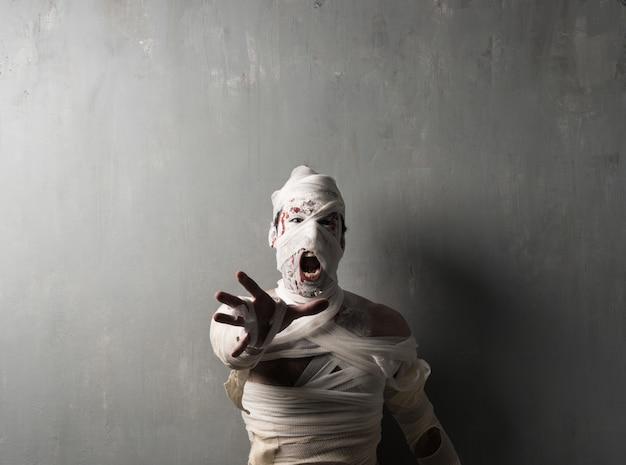 Mamã terrorific que grita no fundo textured da parede. feriados do dia das bruxas