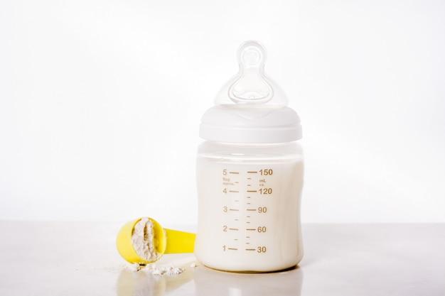 Mamadeira e leite em branco