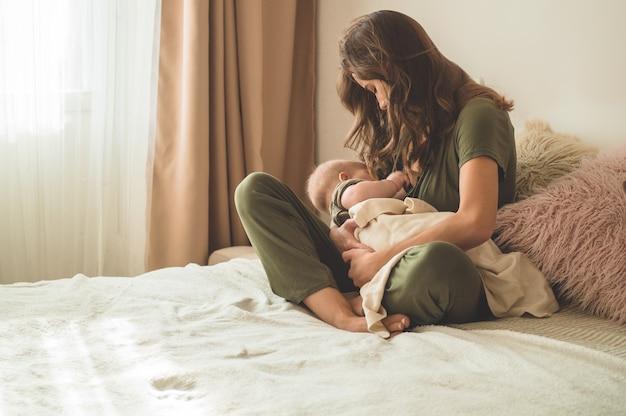 Mamãe amamentando seu bebê