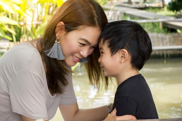 Mamãe atirou com o filho dela. sorria feliz para o rosto.