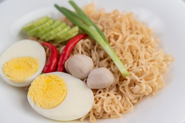 Mamãe com ovos cozidos em um prato branco.