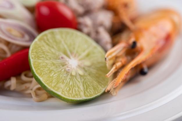 Mamãe e camarão em um prato branco.
