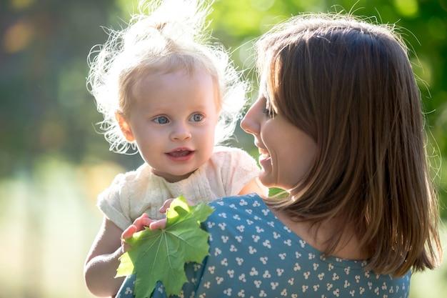 Mamãe e criança que brincam