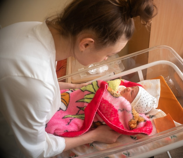 Mamãe e sua menininha recém-nascida