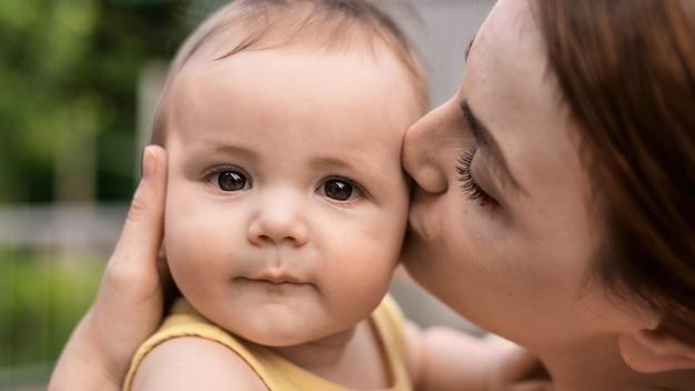 Mamãe está beijando seu filho