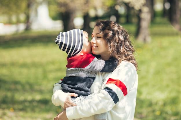 Mamãe gentilmente abraça seu filho.
