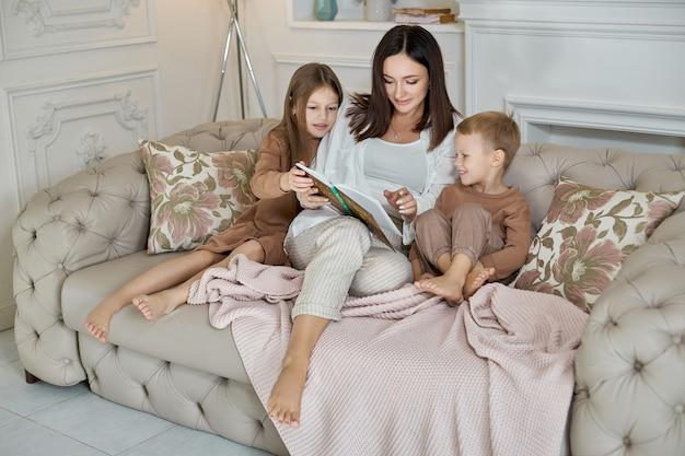 Mamãe lê um livro para as crianças