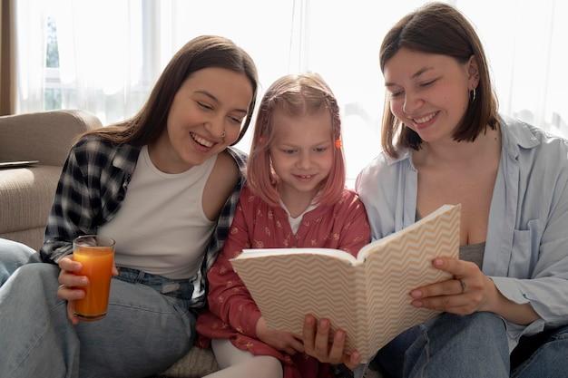 Mamães passando um tempo com sua filha dentro de casa