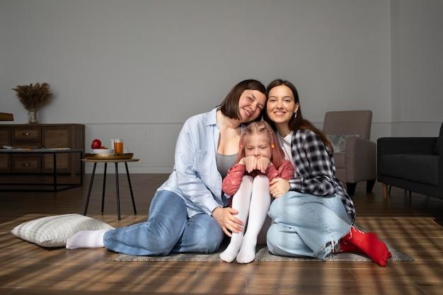 Mamães passando um tempo juntas com sua filha
