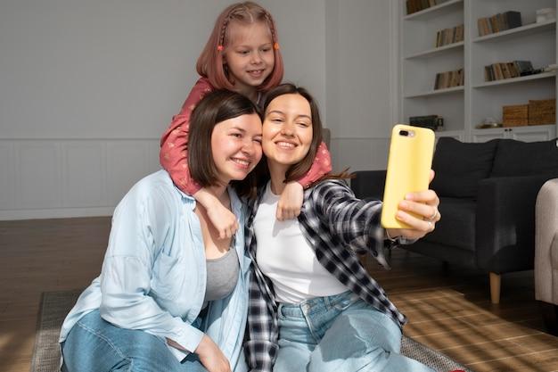 Mamãs passando um tempo juntas com a filha em casa