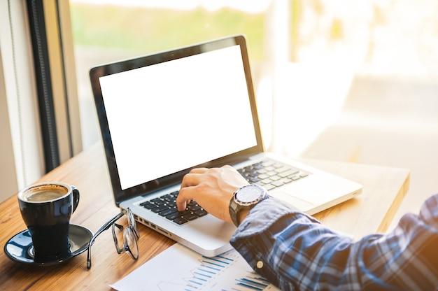 Man business network, coloque o laptop em uma mesa de madeira em uma loja de café