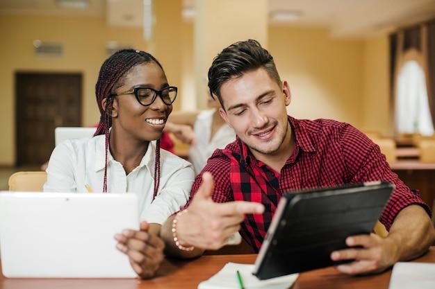 Man compartilhar tablet com colega de classe