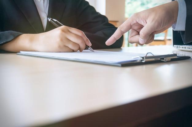 Man complete formulário de inscrição durante a entrevista de emprego. conceito de recursos humanos.