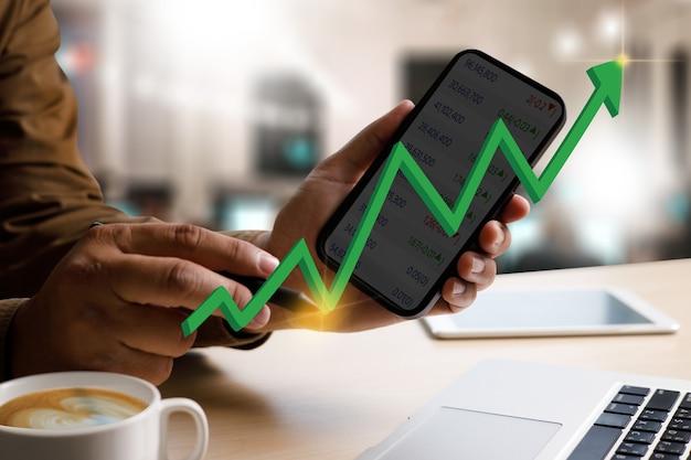 Man intelligence e business analytics trabalham desempenho financeiro, mercado de ações ou gráfico de negociação forex