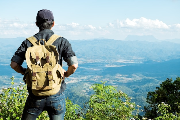 Man traveler com mochila caminhando ao ar livre travel lifestyle and adventure concept.
