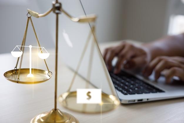 Man work aconselhamento jurídico on-line sobre a empresa de negócios de direito do trabalho de informática